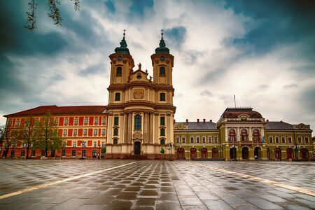 Foto de Eger main square in Hungary, Europe with dark moody sky and catholic cathedral. Travel outdoor european background - Imagen libre de derechos