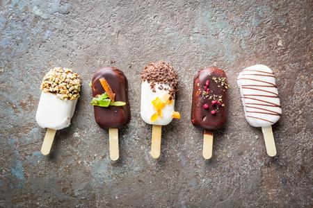 Photo pour vanilla popsicles with chocolate - image libre de droit