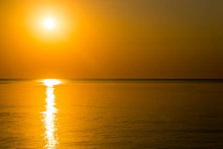 Photo pour Beautiful sunrise over the horizon in the sea - image libre de droit