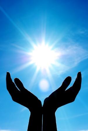 Photo pour Hands and sun. Conceptual design. - image libre de droit