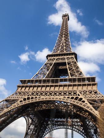 Photo pour Eiffel Tower in the French capital of Paris - image libre de droit