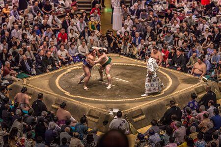 Photo pour Tokyo - May 19, 2019: Sumo wrestling match in the Ryogoku arena, Tokyo, Japan - image libre de droit