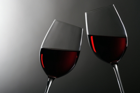 Photo pour two wineglasses with redwine stay together - image libre de droit