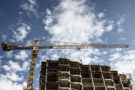 Photo pour Construction crane at construction site, process of building - image libre de droit