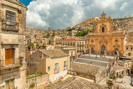 Photo pour Cityscape of Modica and the Church of Saint Peter, Sicily, Italy - image libre de droit
