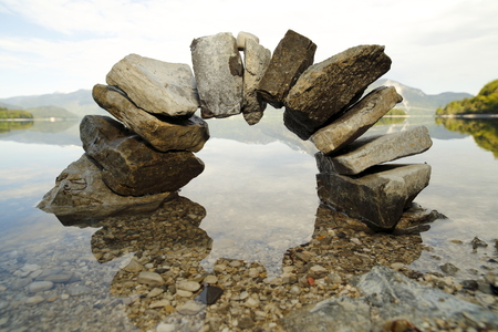 Photo pour big stone bow with lake in background - image libre de droit