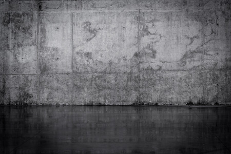 Photo pour Grungy dark concrete wall and wet floor - image libre de droit