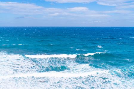 Photo pour Vew of Aegean Sea with waves crushing aginst the shore, Santorini landscape, Greece - image libre de droit