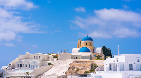 Photo pour Santorini landscape with view of Agios Georgios Church and whitewashed houses in Oia, Greece - image libre de droit