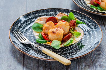 Photo pour Spiced scallops with chorizo and chili in shell - image libre de droit