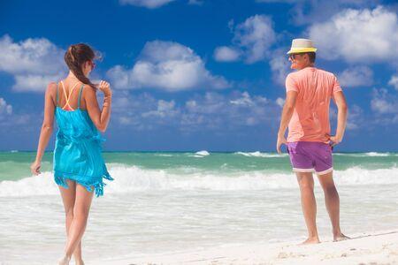Foto für Beach couple walking on romantic travel honeymoon vacation summer holidays romance. Young happy lovers, Cayo LArgo, Cuba - Lizenzfreies Bild