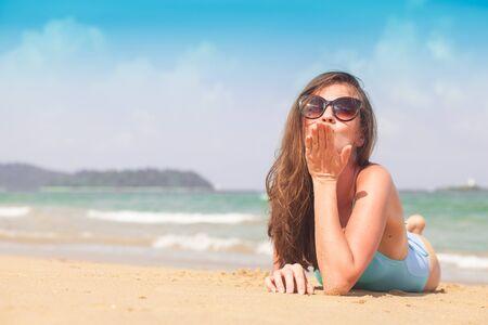 Photo pour Young female enjoying sunny day on tropical beach - image libre de droit