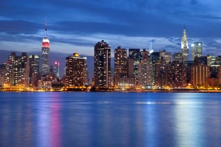 Foto de Manhattan Skyline. Image of the Manhattan skyline viewed from Queens at twilight. - Imagen libre de derechos