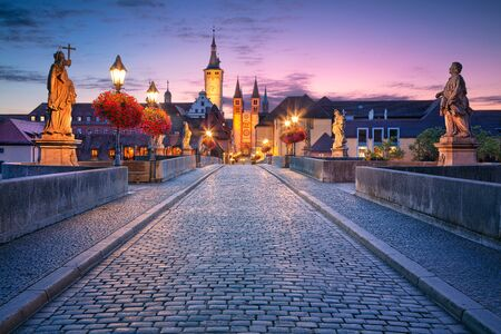 Foto de Wurzburg, Old Main Bridge. Cityscape image of the old town of Wurzburg with Old Main Bridge over Main river during beautiful sunrise. - Imagen libre de derechos