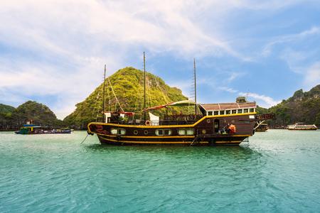 Photo pour Touristic cruise at the Halong bay, Vietnam. - image libre de droit