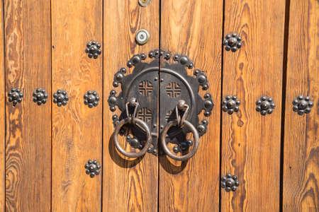 Photo pour Close up of a door in Bukchon village in Seoul. South Korea - image libre de droit