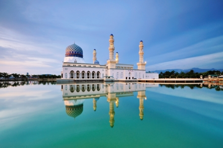 Photo pour Floating Mosque in Kota Kinabalu city in Malaysia - image libre de droit
