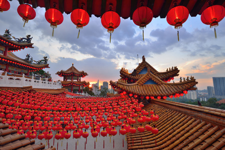 Photo pour Lanterns Decoration for Chinese New Year at Thean Hou Temple during sunset - image libre de droit