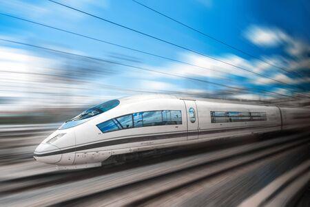 Photo pour The high speed train rushes through the city by rail - image libre de droit