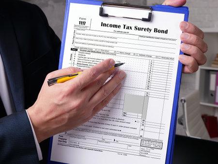 Photo pour Business concept about Form 1117 Income Tax Surety Bond with phrase on the piece of paper. - image libre de droit