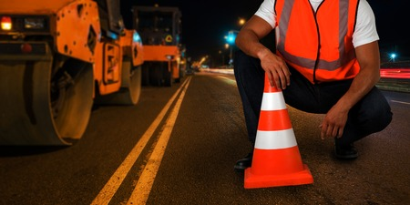 Photo pour repairing the road in the night city - image libre de droit