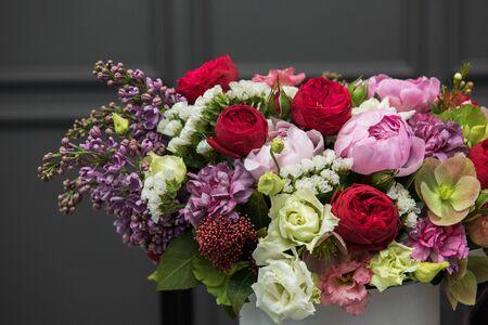 Photo pour Bouquet of different beauty flowers in round present box on dark background - image libre de droit