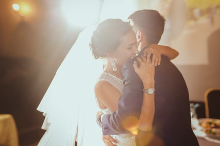 Foto de bride and groom dancing in the  restaurant - Imagen libre de derechos
