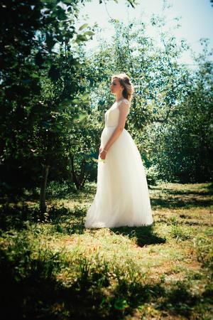 Foto de beautiful young bride in the garden background. - Imagen libre de derechos