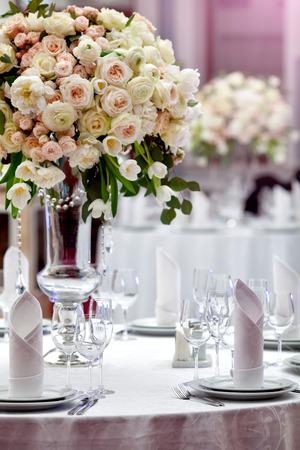Foto de Dinner wedding table setting - Imagen libre de derechos