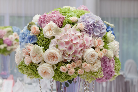 Foto de Flowers in a vase for the wedding ceremony. Beautiful decoration - Imagen libre de derechos