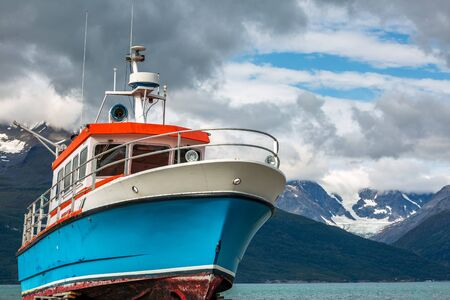 Photo pour Boat with a view upon snowy mountains at northern Norway near the town of Skibotn. - image libre de droit