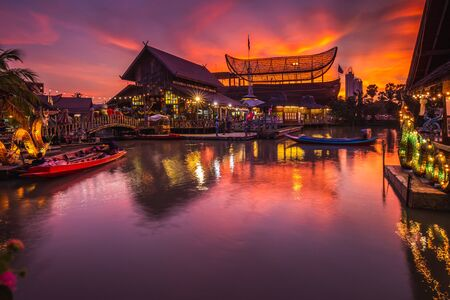 Photo pour Sunset at famous Pattaya Floating Market which has traditional rowing boats. Villagers sell traditional foods and souvenirs. - image libre de droit