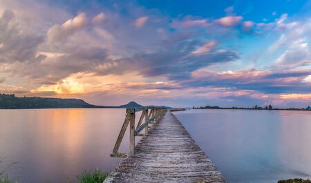 Photo pour Old wooden wharf shot with long exposure during sunset. Location is Tokaanu Wharf located in Taupo region of North Island, New Zealand. - image libre de droit