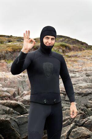 Photo pour diver prepares to dive into a harsh Barents Sea - image libre de droit
