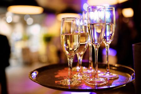 Photo pour four glasses of champagne on a tray in a restaurant - image libre de droit