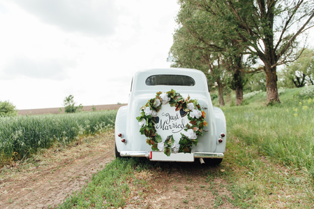 Foto de Beautiful wedding car with plate JUST MARRIED - Imagen libre de derechos