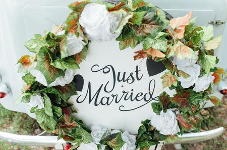 Foto de Beautiful wedding car with plate JUST MARRIED - Imagen libre de derechos