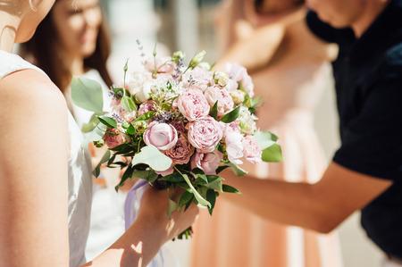 Foto de Bride holds a wedding bouquet, wedding dress, wedding details - Imagen libre de derechos