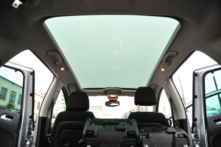 Photo pour Panoramic sun roof at the big family car - image libre de droit