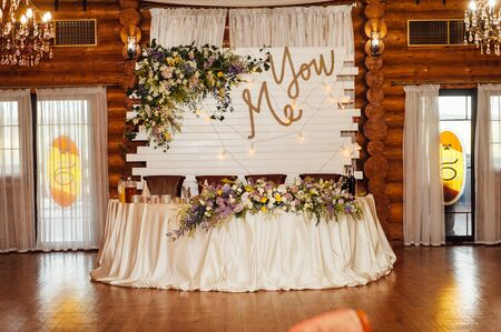Photo pour Luxurious wedding presidium in white with silver elements. - image libre de droit
