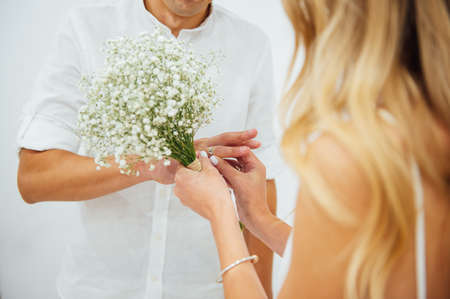 Photo pour Hands of the bride and groom. Bride and groom holding hands at a wedding ceremony. - image libre de droit
