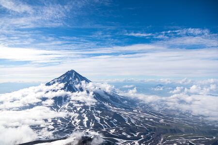 Photo pour Koryaksky volcano, Kamchatka peninsula, Russia. An active volcano 35 km north of the city of Petropavlovsk-Kamchatsky. The absolute height is 3430 meters above sea level. - image libre de droit