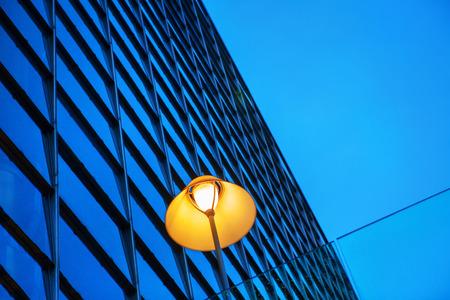 Photo pour street lamp and modern building - image libre de droit