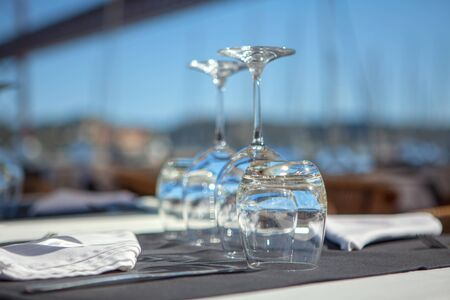 Photo pour empty glasses on the table in restaurant - image libre de droit