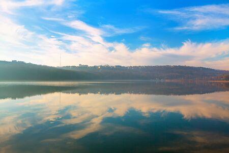 Foto de scenic reflection in the lake water - Imagen libre de derechos