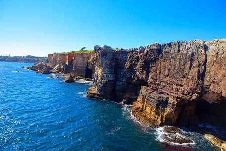 Photo pour Scenery of oceanfront cliffs Boca do Inferno in Cascais Portugal - image libre de droit