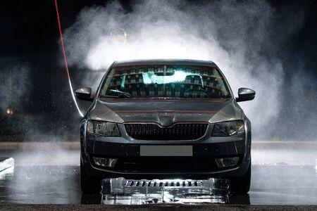 Photo pour Car windshield close up. Cleaning Car Using High Pressure Water. Car close-up. Car wash - image libre de droit