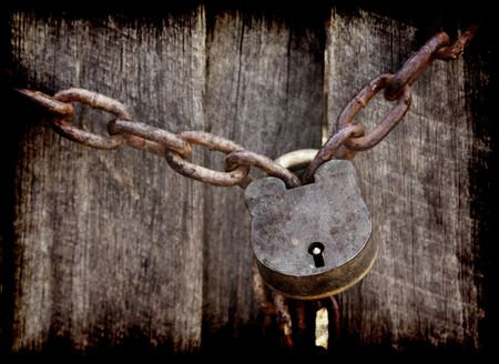 Photo pour old lock and chain around wooden fence - image libre de droit