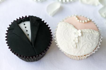 Foto de Bride and groom cupcakes - Imagen libre de derechos