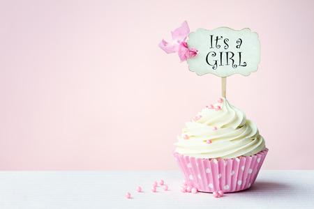 Photo pour Baby shower cupcake with copy space to side - image libre de droit